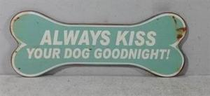 "Emaljeskilt: ""Always kiss your dog goodnight"""